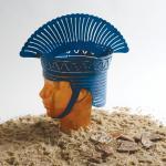 """""""למה קובע (פלישתי)""""  ראש זכוכית וכובע  מברזל בחיתוך לייזר, פיסות חימר עתיקות בהן"""